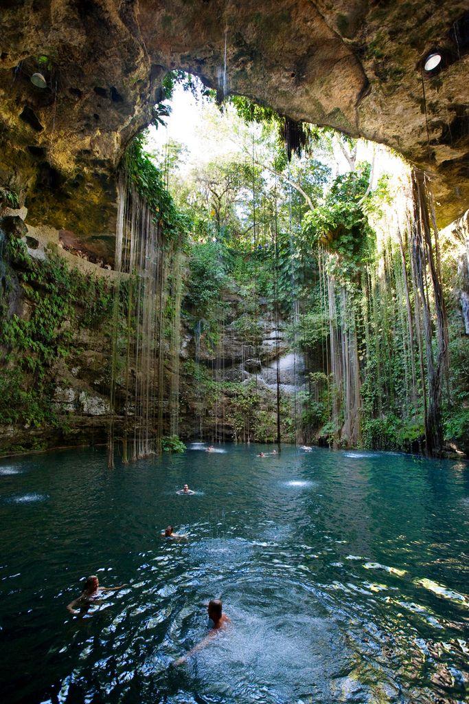 cenote azul sagrado en cancun, mexico