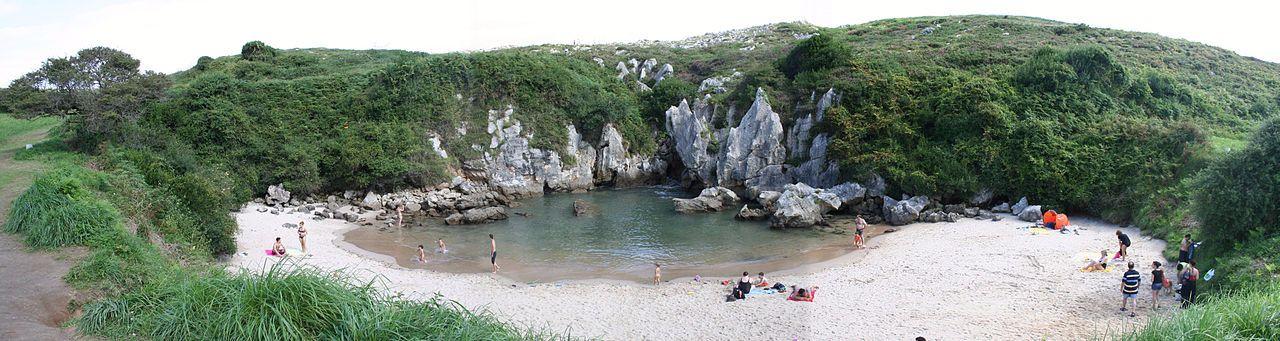 Imagen panorámica de la playa de Gulpiyuri
